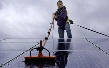 Mand der renser solceller